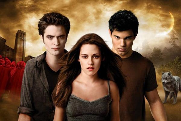 Любовный треугольник двух вампиров и оборотня стал основой сюжета «Сумерек» и обеспечил франшизе успех