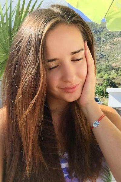 Молодая женщина обожает проводить время у моря