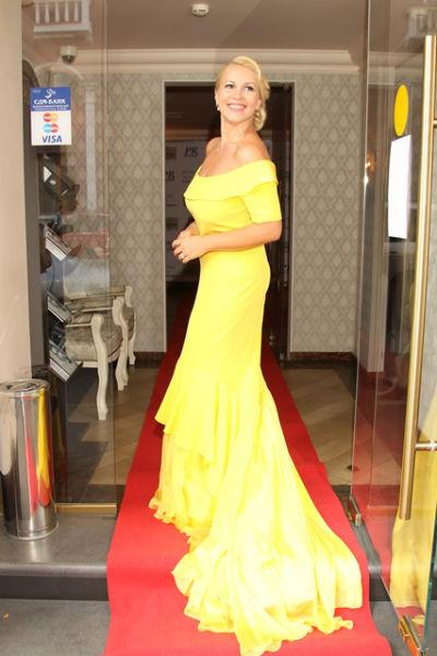 Хозяйка вечера встречала гостей в роскошном платье солнечно-желтого цвета со шлейфом от любимого дизайнера российских звезд - Анастасии Задориной
