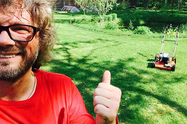 Диджей Федор Фомин может часами смотреть, как его жена Настя Калманович стрижет газон