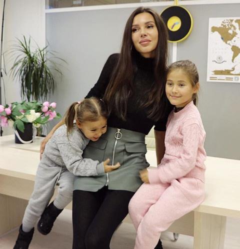 Оксана Самойлова со старшими детьми - Ариелой и Леей
