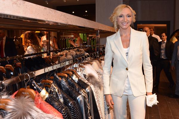 Кристина Орбакайте позирует на фоне ассортимента магазина