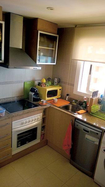 На кухне обычно творит Катя. Она готовит семье любимую паэлью
