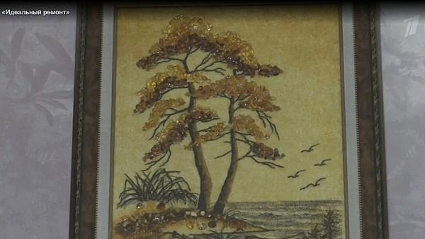 Картина из янтаря, которую Наташа Барбье привезла из Латвии