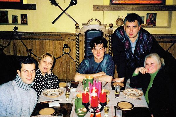 Вокруг артистки всегда было много коллег и поклонников. С Ниной Руслановой, Юлианом и Стасом Садальским, 2000 год