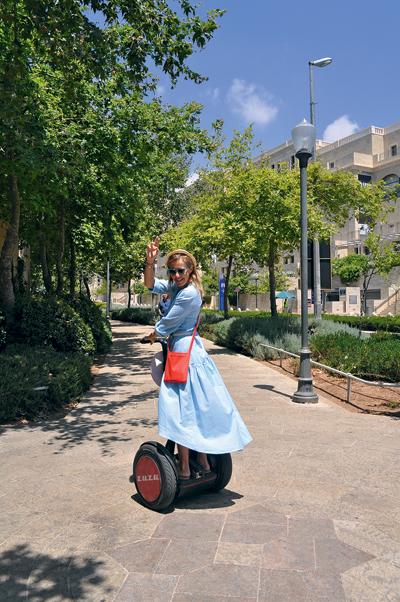 Прогулка на сигвеях по Иерусалиму закончилась красочным падением Ксении, не желающей слушать инструкции