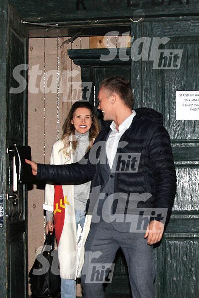 Сергей галантно открывал перед Элиной дверь