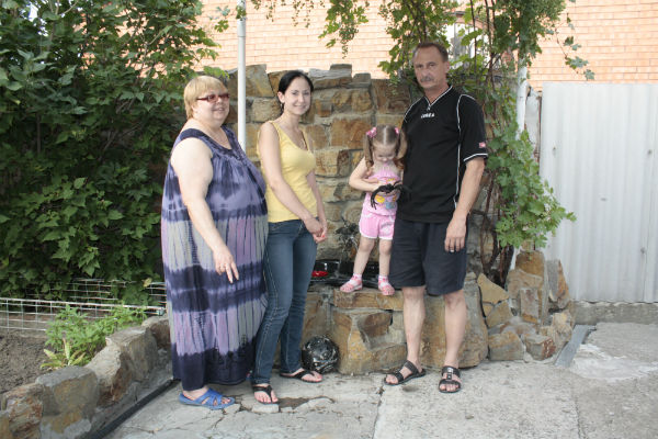 После больницы Леру отвезли к бабушке, там к ней быстро вернулся румянец (на фото – с мамой, бабушкой и дедушкой)