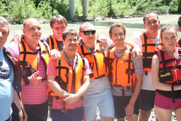 Актеры в окружении других участников сплава