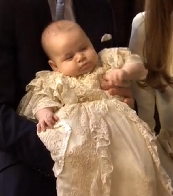 Принц Георг в традиционной крестильной рубашке