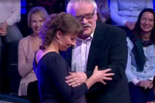 Когда Елена Хрипунова появилась в студии, Невзоров кинулся к ней со словами: «Маленькая моя Леночка пришла!»