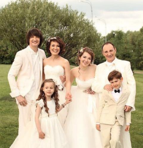 Дмитрий и Мария Притула (слева) вновь облачились в свадебные наряды