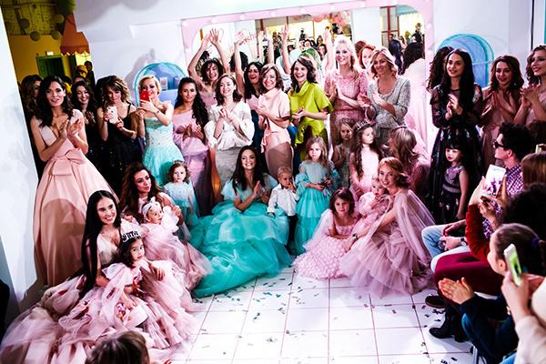 Участники показа платьев для мам и дочек «ShuShu Family Look»