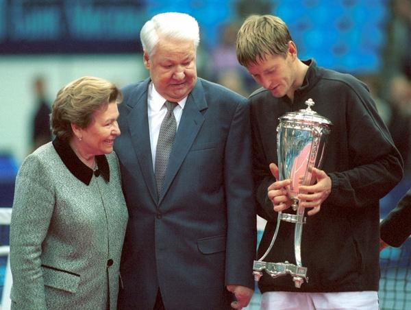 Первый президент России Борис Ельцин с женой Наиной Ельциной поздравляет Евгения Кафельникова с победой на турнире «Кубок Кремля»