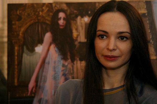 Диана Вишнева на фоне своего фотографического портрета