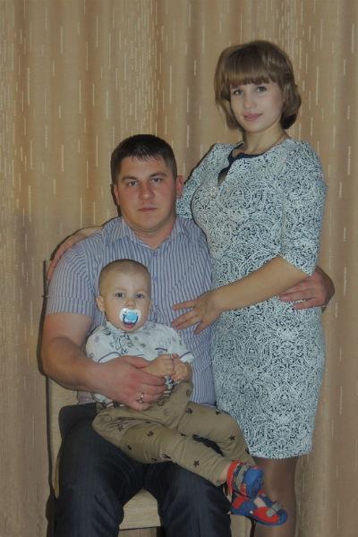 Устроившись работать на завод, Маша познакомилась с Олегом, сыном директора, и вышла за него замуж. Недавно у них родился сын Арсений