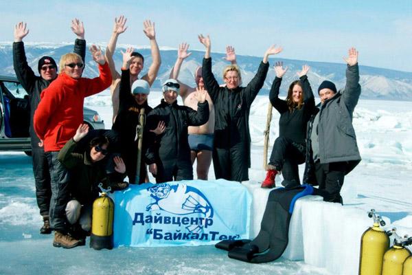Геннадий Мисан (в красном) и его команда ищут золото Колчака на дне Байкала