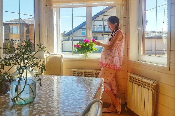 Мария Адоевцева страдает после смерти попугая
