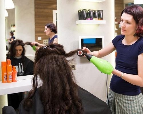 Укладка волос с помощью круглой расчески и стайлера