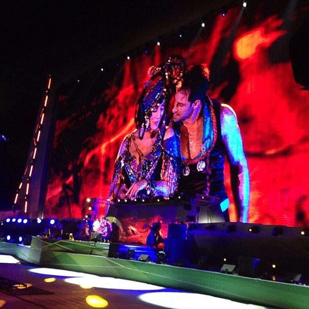 Шер вместе со своей танцевальной группой представила зрителям грандиозное шоу