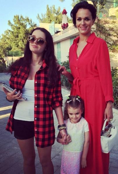 Слава воспитывает двух дочерей