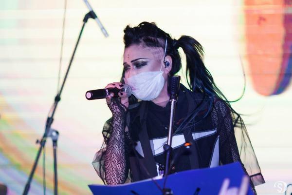 Артистка вышла на сцену в маске