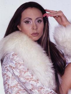 Марина в белом платье с меховой оторочкой, специально сшитом к выходу хита «Чашка кофею». На тот момент певица носила 3-сантиметровый маникюр, 1998 год