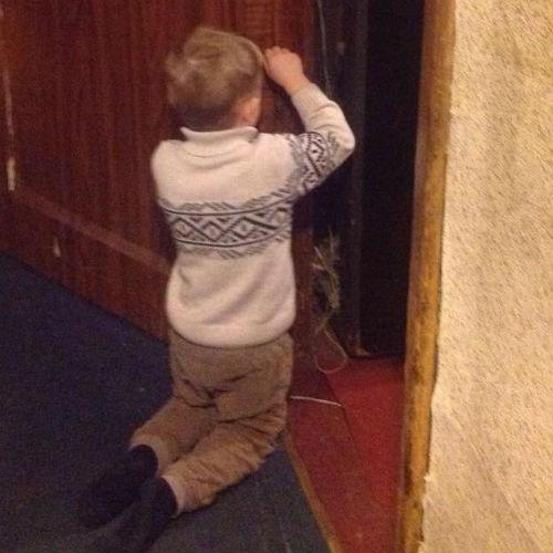 Ваня отмечает свой рост у откоса двери
