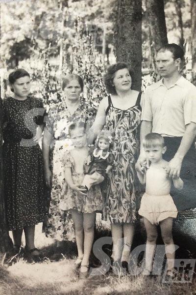 Будущая Примадонна со своими родными: папой Борисом Михайловичем, мамой Зинаидой Архиповной, братом Женей, бабушкой Марией и двоюродной тетей Валентиной Петровной, 1955 год