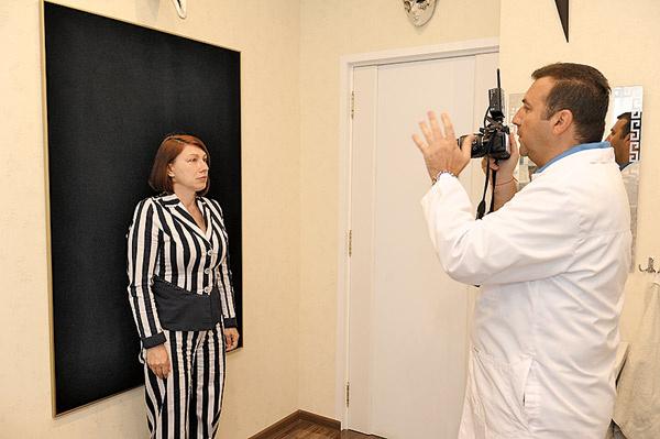Хирург делает фото, чтобы потом сравнить результат «до» и «после»
