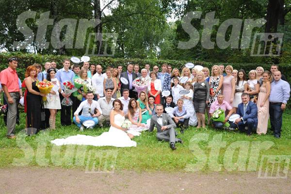 Жених и невеста в окружении гостей