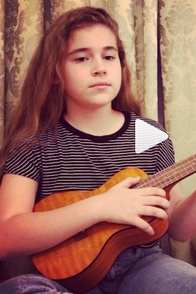 Микелла играет на маленькой гавайской гитаре — укулеле