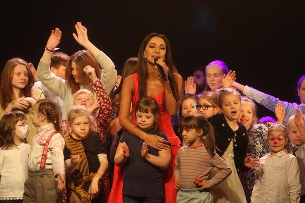 Зара выступила на одной сцене с особенными детьми