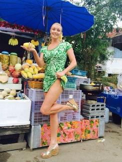 Балерина удивлена вкусом фруктов из тайских лавок