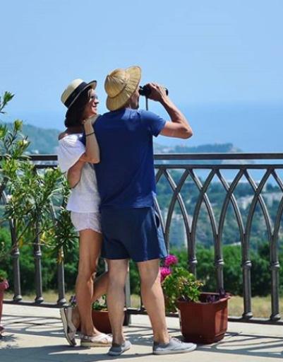 Пара любуется красотами Крыма