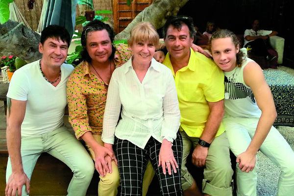 Асимова иногда навещают друзья. На фото – он с Владимиром Политовым, женой Татьяной, другом семьи и сыном Семеном