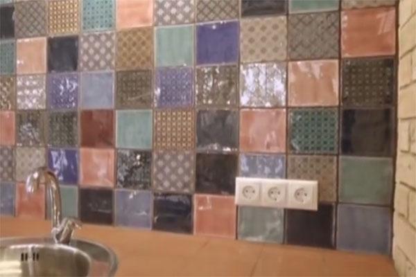 Фартук выложен английской керамической стеклянной плиткой в традиционных викторианских цветах