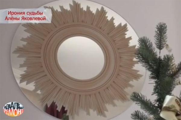 В гостиной появилось новое зеркало из влагостойкого материала. Рисунок нанесен способом ультрафиолетовой печати