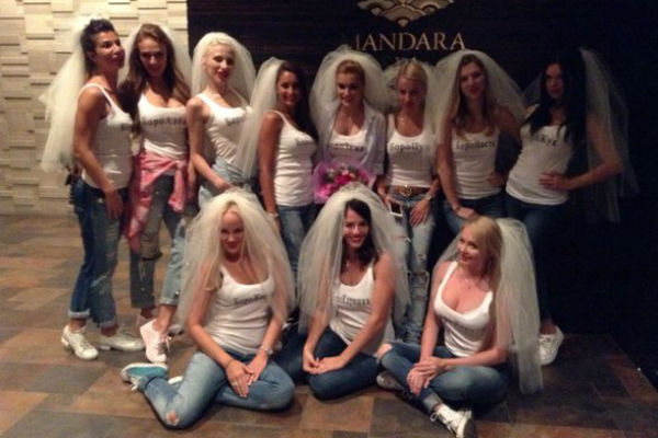 Дамы облачились в одинаковые наряды и надели фату