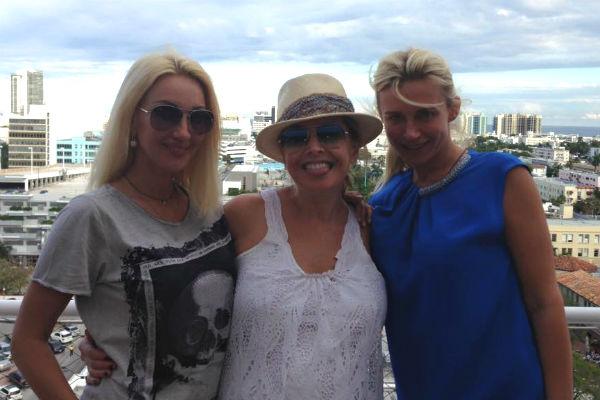 Жанна обожала Майами. Там она отдыхала с друзьями. На фото - с Катей Цветовой и Лерой Кудрявцевой