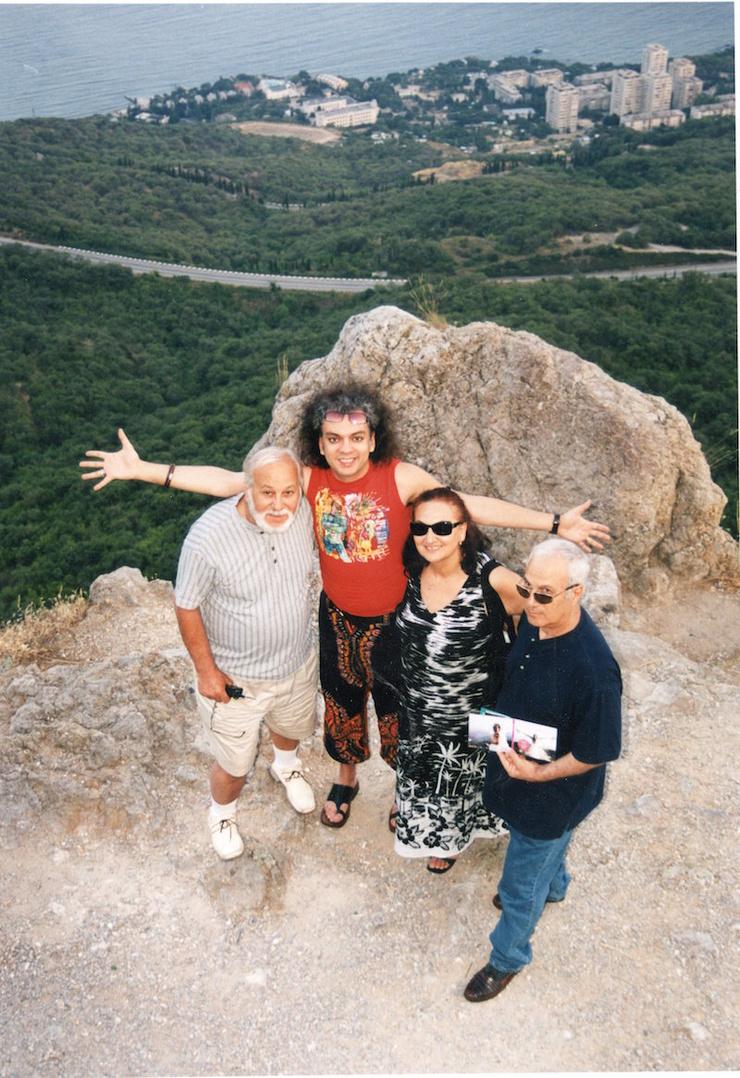 Филипп Киркоров с отцом Бедросом, дядей Гарри и тетей Мари в Крыму, 2002 год