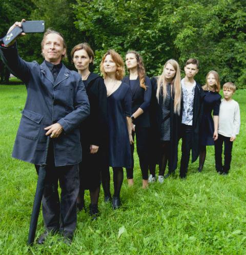 Иван с женой Оксаной и детьми: Анфисой, Евдокией, Варварой, Василием, Иоанной и Саввой