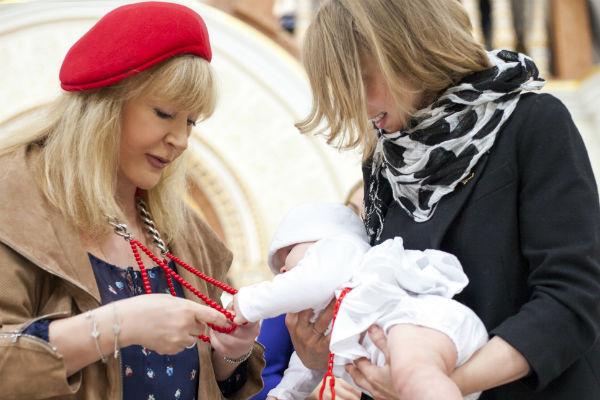 Алла Пугачева подарила Веронике подвески в виде ангелочков