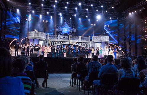 В фестивале принимают участие как звезды, так и начинающие артисты