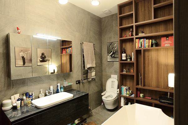 В ванной есть все необходимое, даже книжный шкаф