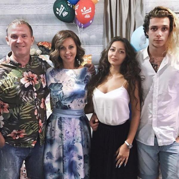 Семья артистов с радостью принимают девушку сына