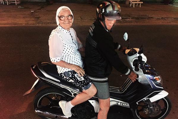 Во Вьетнаме баба Лена впервые прокатилась на байке