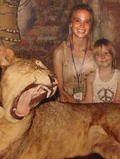 Наташа и Лида в вольере со львом