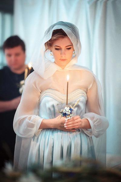 На Марии в этот день было женственное платье из шелка и накидка