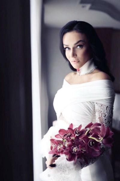 Алена Водонаева выбрала для свадьбы элегантное белое платье